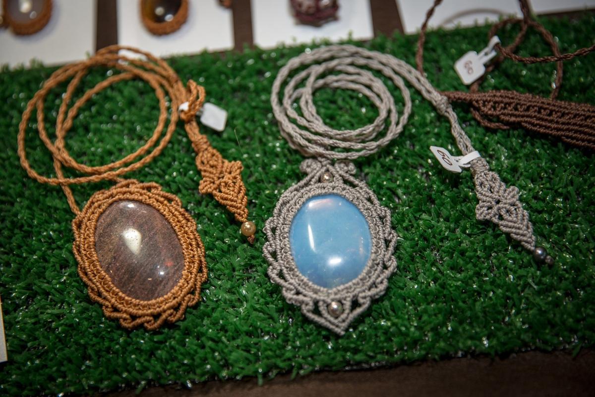 Autodidata, a criadora da marca Jaya uniu o macramê e sua paixão pelas pedrasnaturais